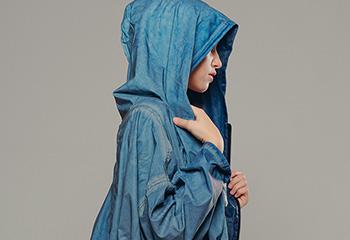 着物の和テイストをモードにまとう 天気を問わない「いつでもウエア」